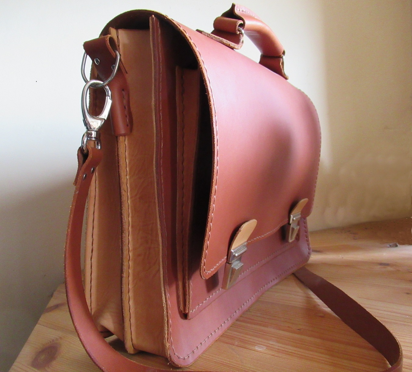 Cartable en cuir marron clair vu de profil